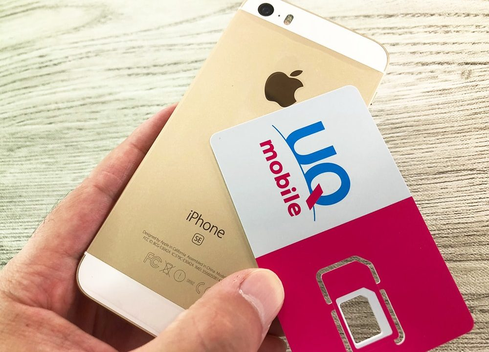 UQモバイルのiPhoneSEとSIMカードの実機画像